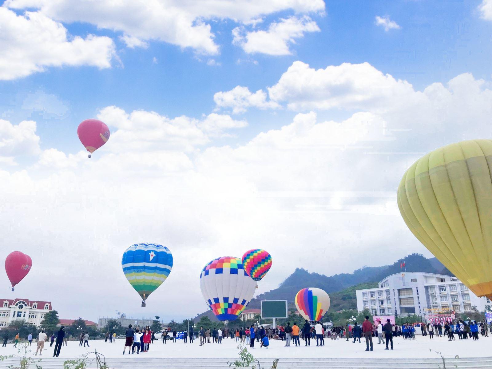 Lên Cao nguyên Mộc Châu dự Lễ hội bay khinh khí cầu Quốc tế lần thứ 2